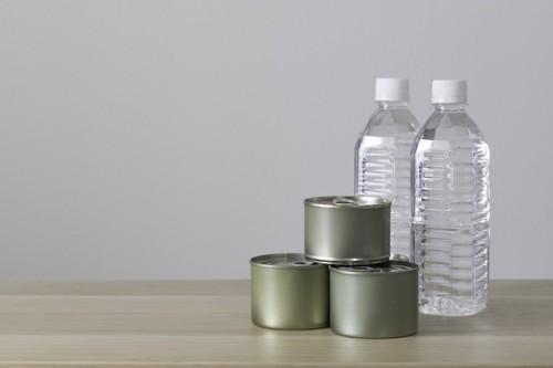 缶詰とペットボトル
