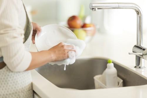 食器を洗う女性の手