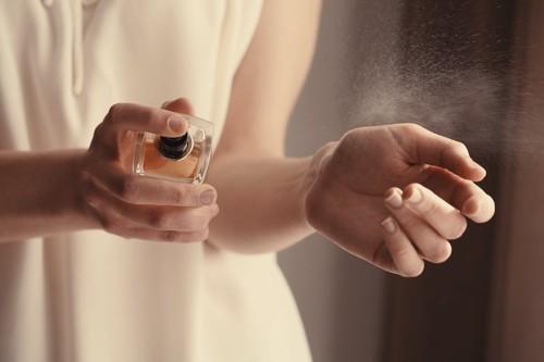 香水を手につけている女性