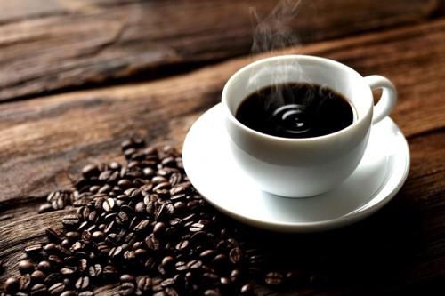 コーヒー豆と湯気の出るコーヒー