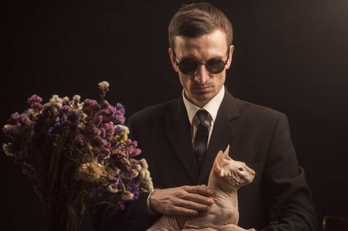喪服の男性と猫