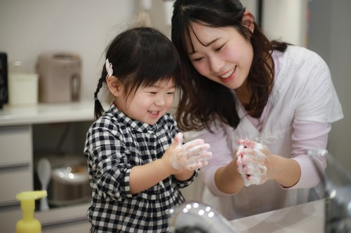 手を洗う親子