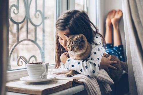 猫をハグする少女