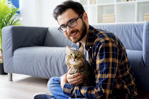 男性に抱かれて嬉しそうな顔の猫