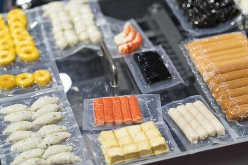 カニカマやウインナーなどの加工食品が真空パックにされている