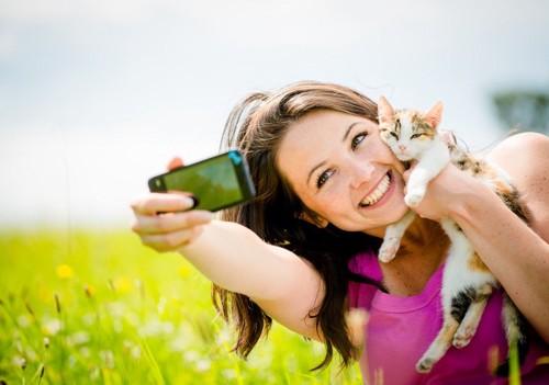 猫と自撮りをする人
