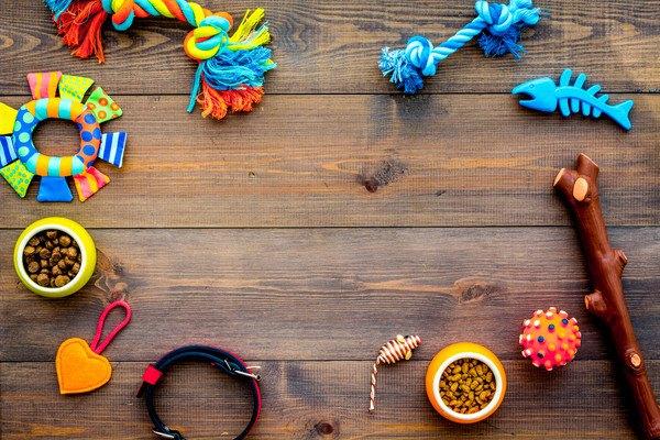床に並ぶおもちゃの画像
