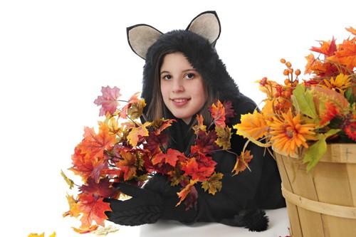 猫耳パーカーを着る女性