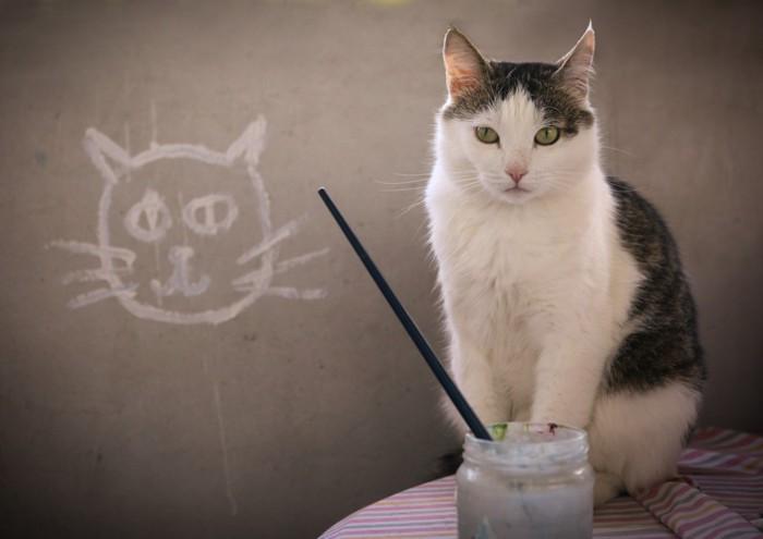 黒板の前に座っている猫