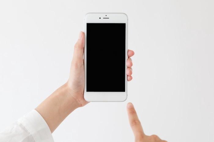 アイフォンを持つ人の手