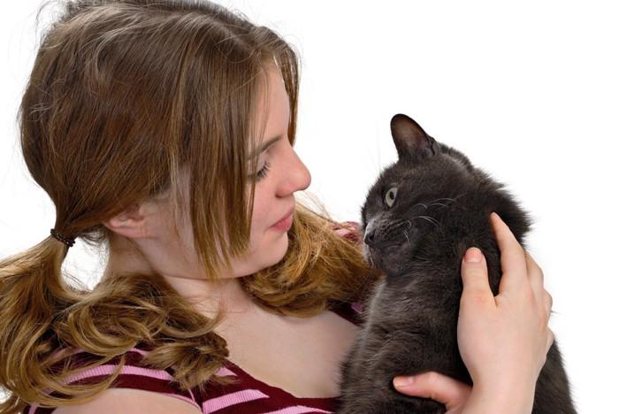 黒猫を抱く女性