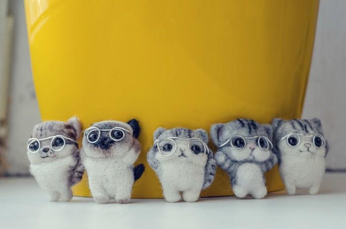 メガネをかけた羊毛フェルトの猫たち