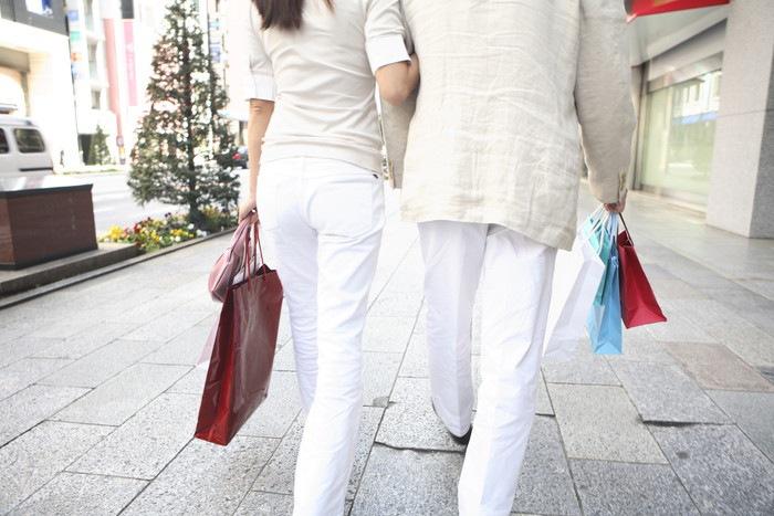 ショッピング中のカップルの後ろ姿