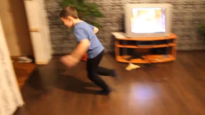 追いかける男の子