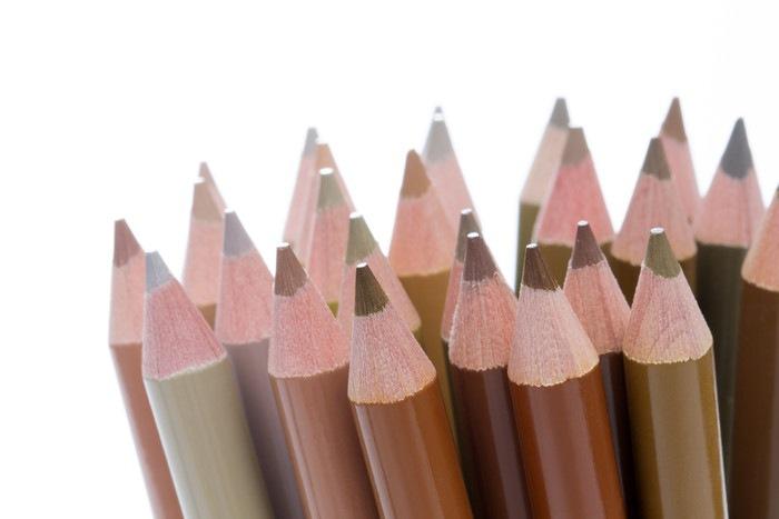 茶色の色鉛筆の写真