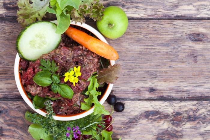 ボールに入った肉と野菜