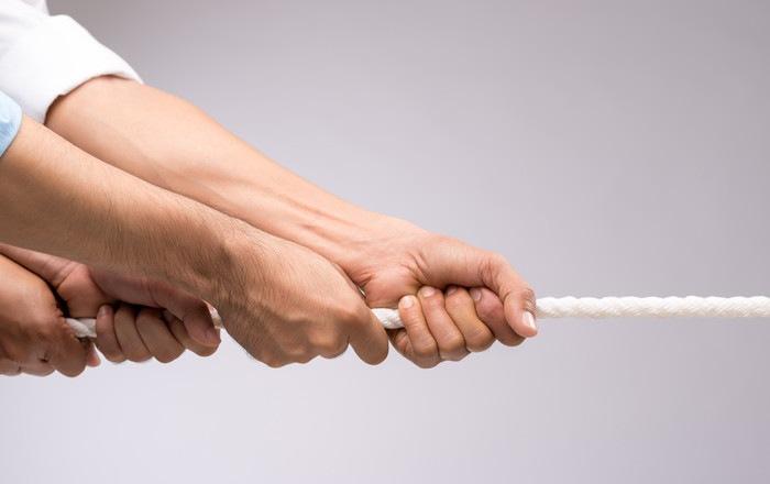 綱を引く手