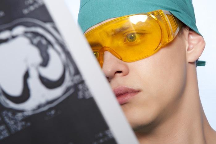 レントゲンを見る医師