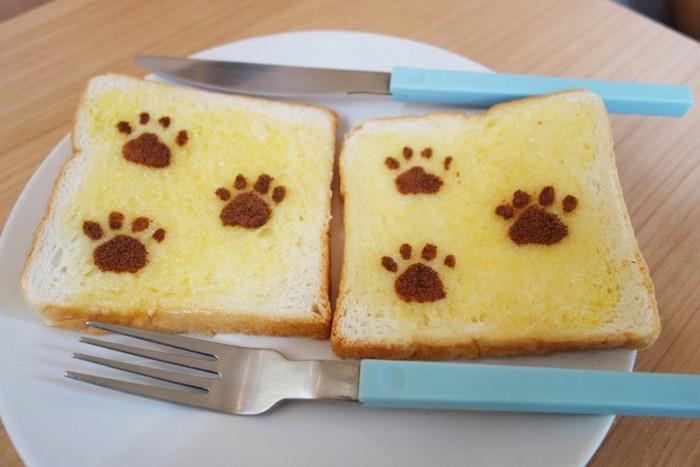 猫の足型付きパン