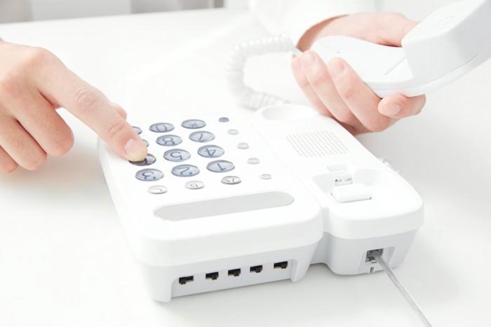 電話をかけている人の手