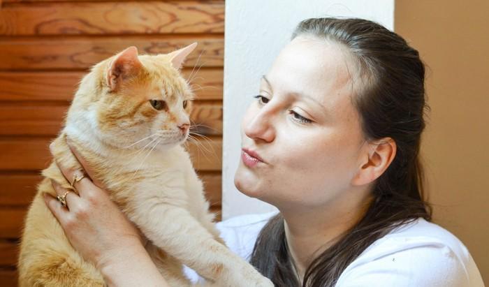 猫をだく女性