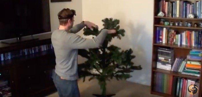 クリスマスツリーを設置する男性