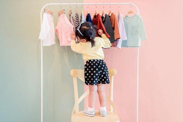服を選ぶ女の子