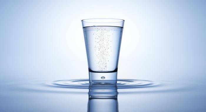 水が入ったグラスの写真