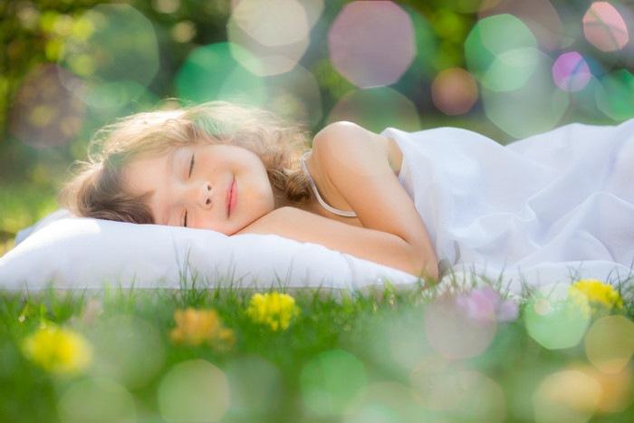眠っている少女