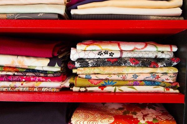 着物がしまわれた棚
