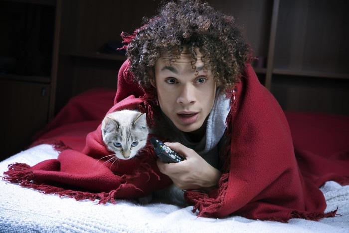 怯える男性と猫