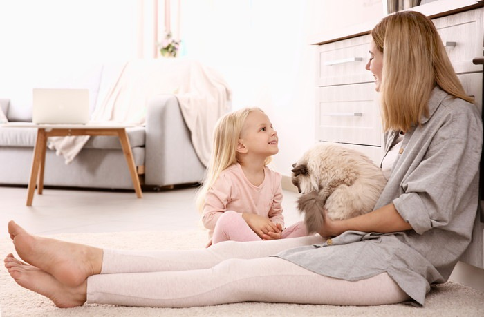 猫と母親と女の子