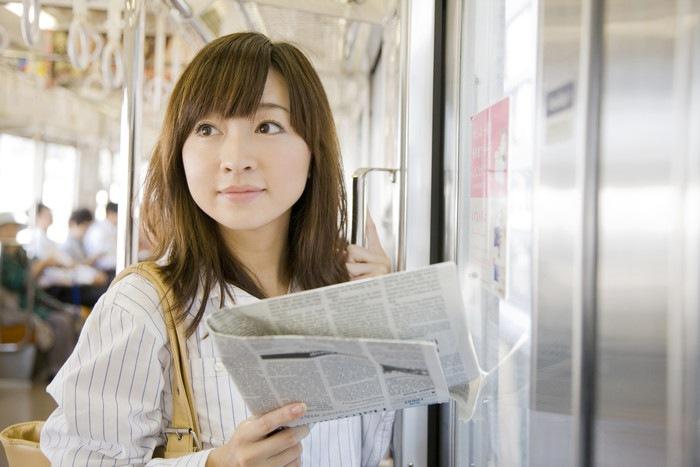 電車に乗っている女性