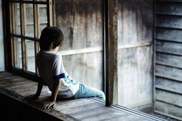 窓辺に座る子供