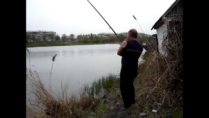 魚釣りをする人