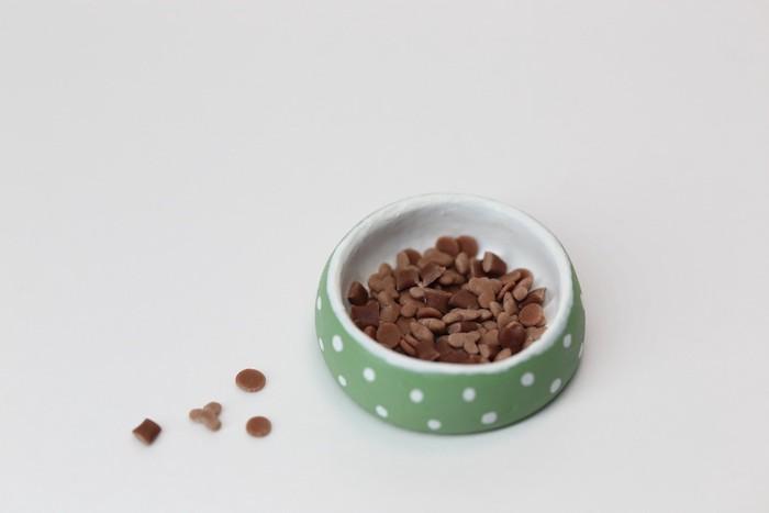 猫用の食器に入ったキャットフード