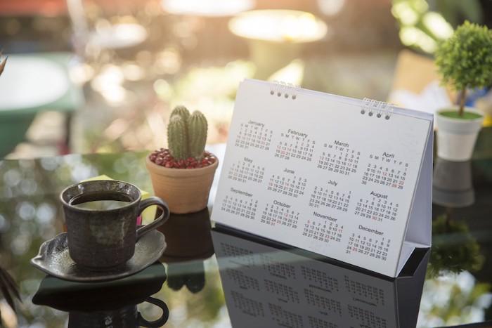 机の上に置かれた卓上カレンダー