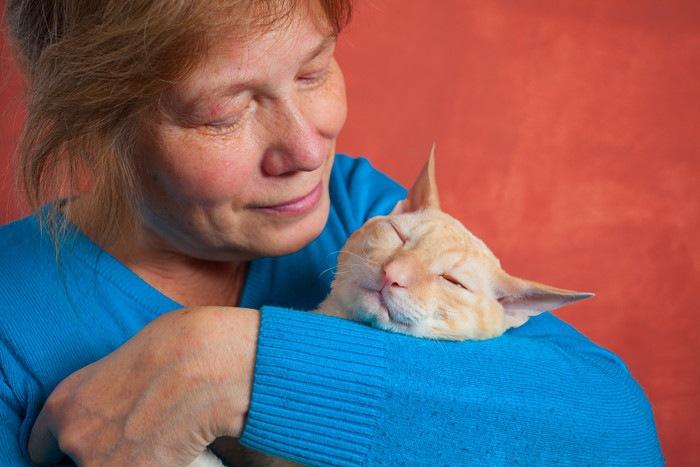 女性に抱かれる猫