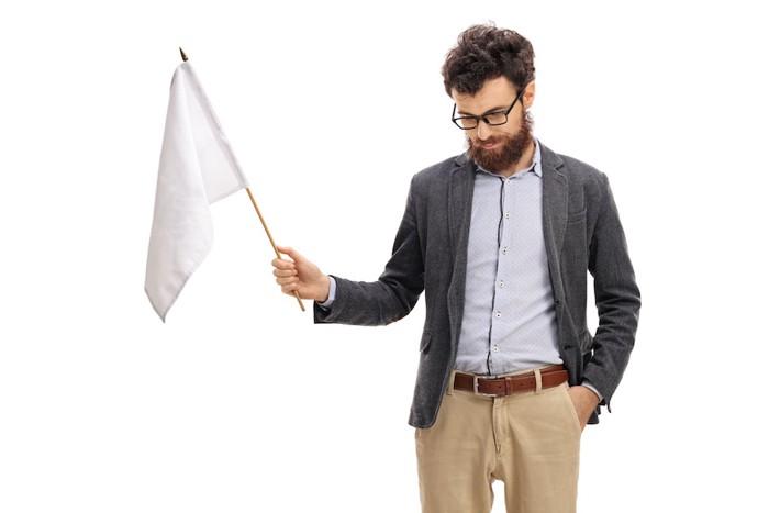 白い旗を持った男性