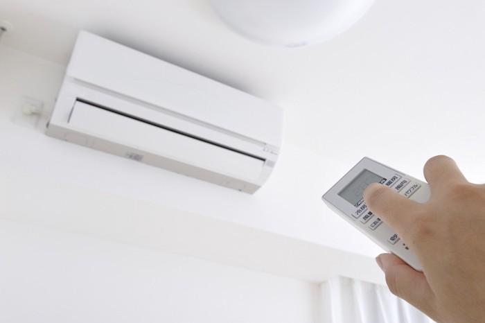 エアコンを操作している人の手