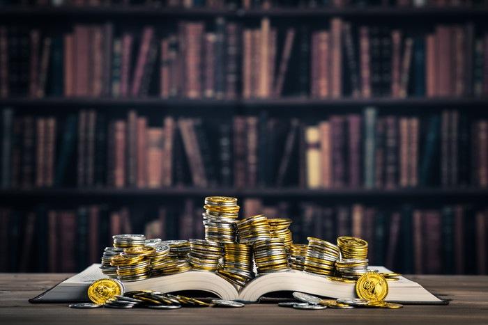本とお金の写真