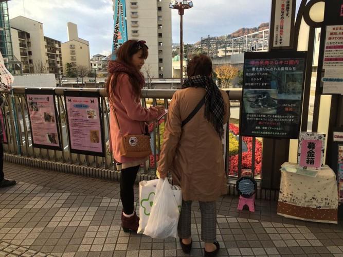 動物啓発活動をしている高村さんの娘さん(左)