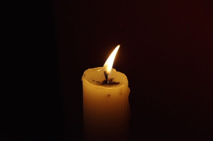 暗闇の中で灯るロウソク