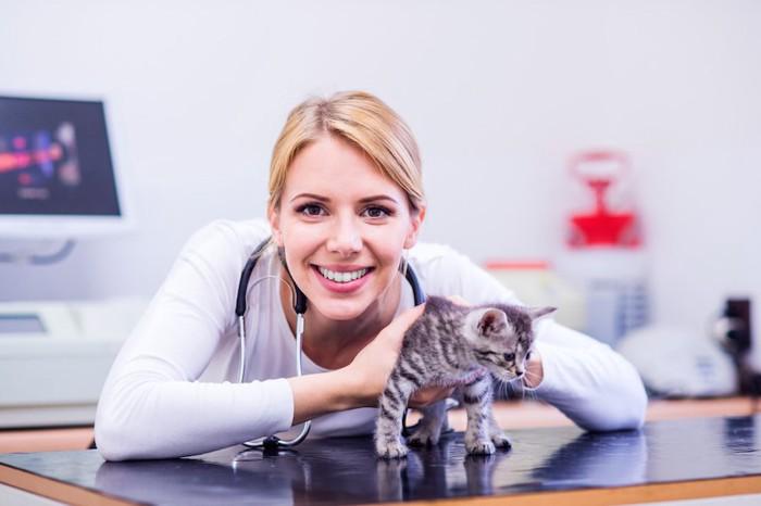 笑顔の女性獣医師と子猫