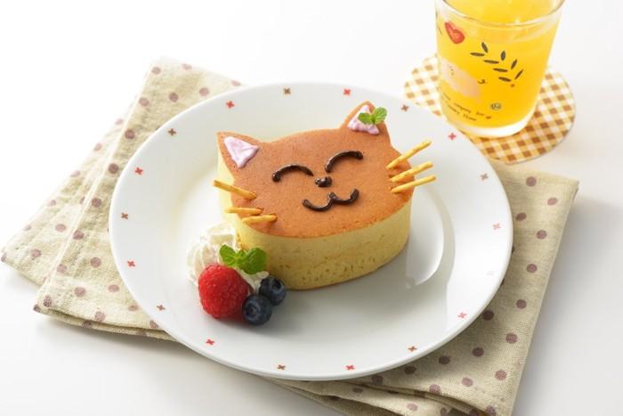 白いお皿の上 フルーツとクリームが添えられたネコ型パンケーキ