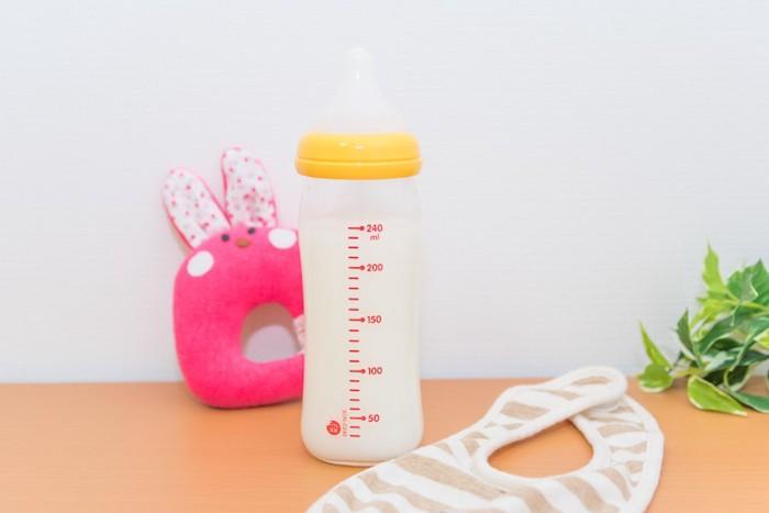 哺乳瓶とスタイ