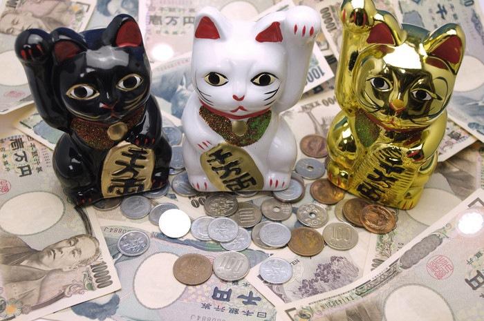 白・黒・金の招き猫
