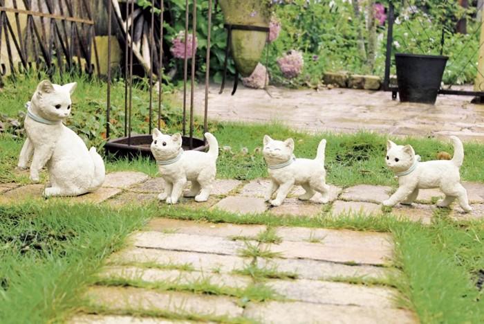 庭に4種類の猫のオーナメント(1番左の画像)