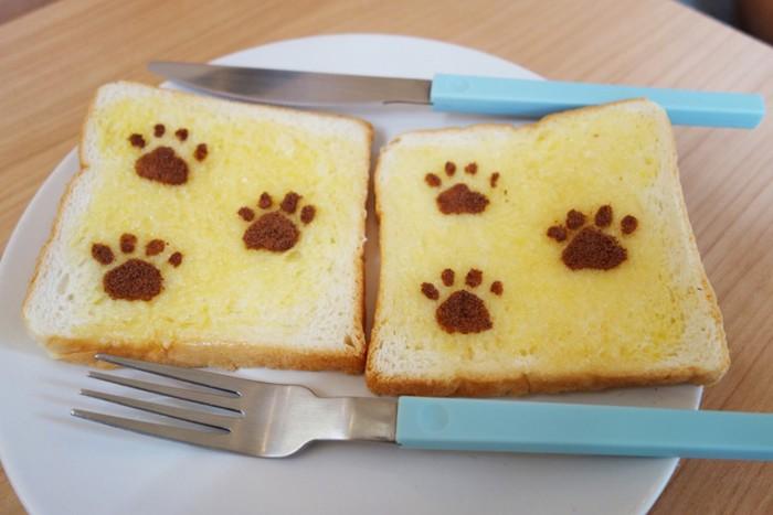 猫の足跡がついたトースト
