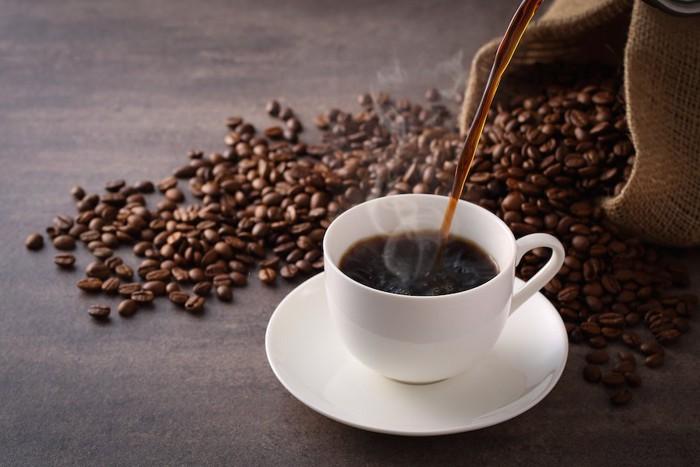 カップに注がれるコーヒー